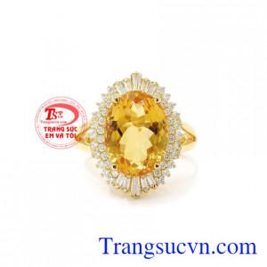 Nhẫn nữ thạch anh vàng ấn tượng sẽ là sự lựa chọn không thể thiếu trong mỗi buổi tiệc.