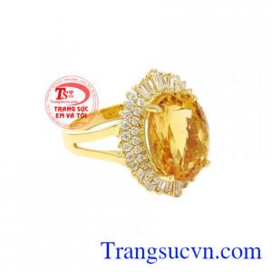 Nhẫn nữ thạch anh vàng ấn tượng kiểu dáng thời trang.