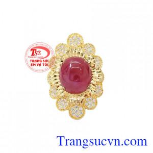 Nhẫn nữ vàng Ruby sao độc đáo được thiết kế tỉ mỉ, độc đáo, bắt mắt từ vàng 18k.