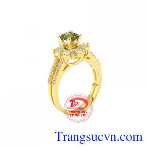 Nhẫn nữ vàng sapphire ấn tượng là sự kết hợp giữa đá sapphire lục thiên nhiên và vàng 14k, mang lại vẻ tinh tế, quý phái cho phái đẹp.