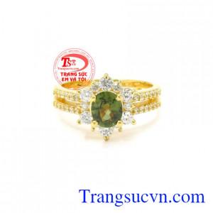 Nhẫn nữ vàng sapphire ấn tượng là sự lựa chọn hoàn hảo để làm quà tặng cho người thương và những dịp đặc biệt.