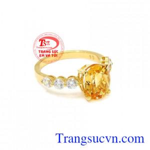 Nhẫn nữ vàng thạch anh vàng hợp thời trang.