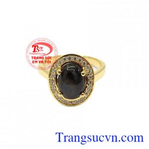 Nhẫn saphir sao quý phái thiết kế theo phong cách cổ điển, sang trọng.