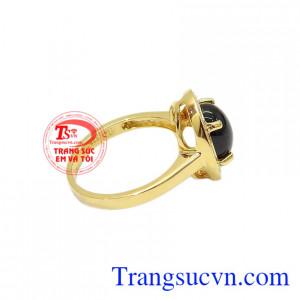 Từng chi tiết trên chiếc nhẫn đều toát lên vẻ quý phái giúp cho phái nữ tự tin và quyến rũ. Nhẫn saphir sao quý phái