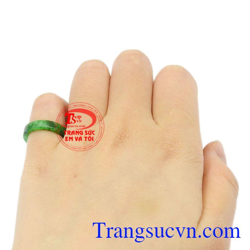 Nhẫn ngọc Jadeite ngón út đẹp thiên nhiên có giấy kiểm định đá quý uy tín.