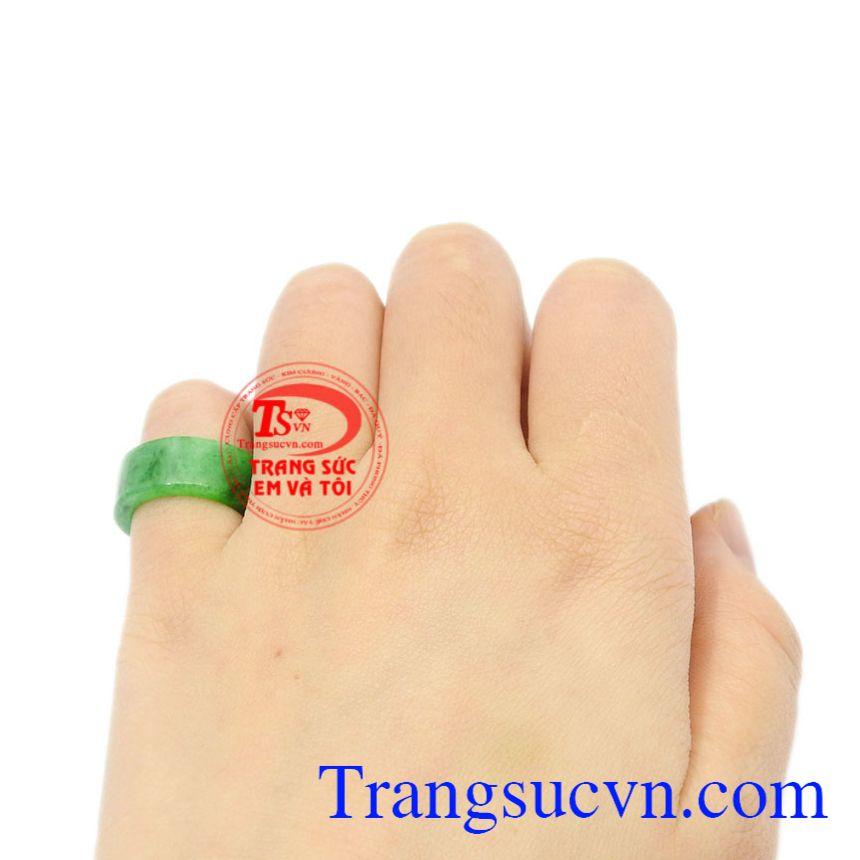 Nhẫn ngọc ngón út Jadeite thiên nhiên có giấy kiểm định đá quý uy tín.