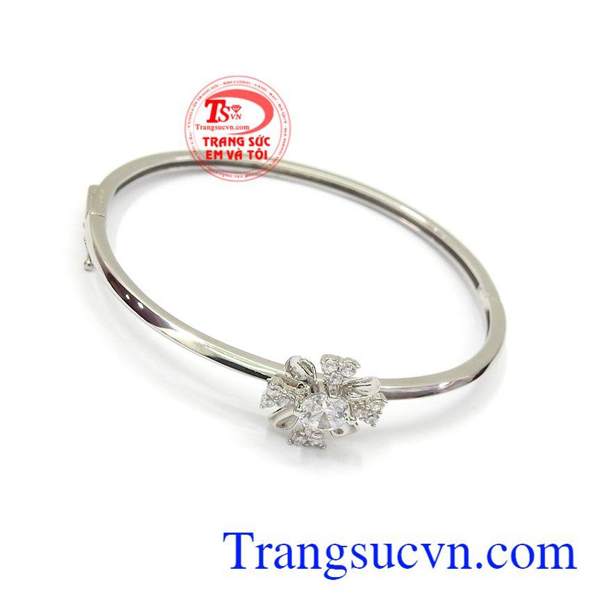 Vòng tay vàng trắng phong cách là sản phẩm rất được phái đẹp ưa chuộng, tôn lên sự nhẹ nhàng, sang trọng và đẳng cấp