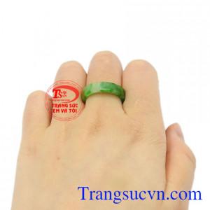 Nhẫn ngọc Jadeite chất lượng đeo hợp thời trang.