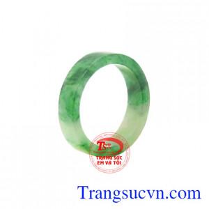 Nhẫn ngọc Jadeite chất lượng được chế tác đẹp mắt, có giấy kiểm định đá quý uy tín.