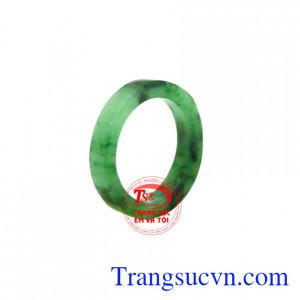 Nhẫn ngọc Jadeite ngón út đẹp hiện đang được nhiều người yêu thích và lựa chọn.