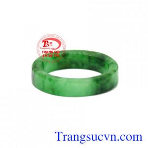 Nhẫn ngọc Jadeite ngón út đẹp khong chỉ làm đẹp mà còn mang lại may mắn về phong thủy cho người đeo.