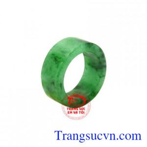 Nhẫn ngọc ngón út Jadeite được chế tác từ ngọc cẩm thạch thiên nhiên chất lượng cao, màu sắc bắt mắt.