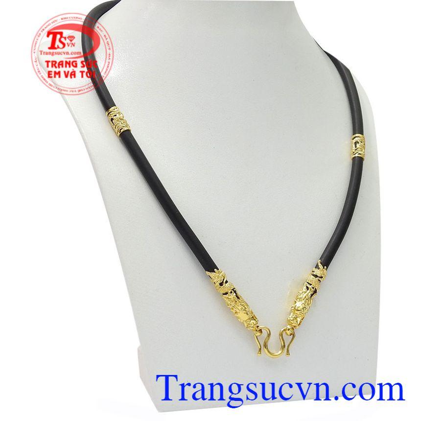 Dây chuyền cao su bọc rồng kết hợp với mặt dây chuyền vàng sẽ mang lại vẻ nam tính cho phái mạnh.