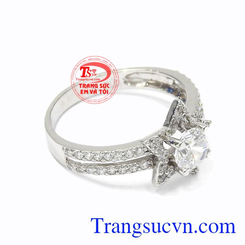 Nhẫn nữ vàng trắng lấp lánh sẽ khiến các cô nàng thích thú bởi vẻ đẹp của chiếc nhẫn.
