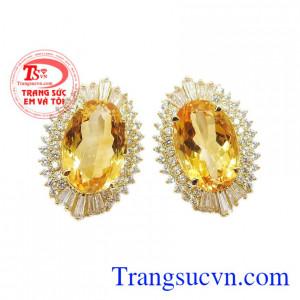 Hoa tai thạch anh vàng ấn tượng được thiết kế đúng như tên gọi của nó.