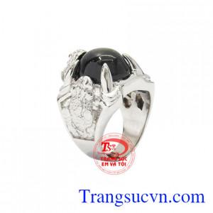 Nhẫn bạc Sapphire sao danh vọng được chế tác độc đáo, công phu cùng sự kết hợp của đá sapphire sao khiến cho chiếc nhẫn tăng phần sang trọng.