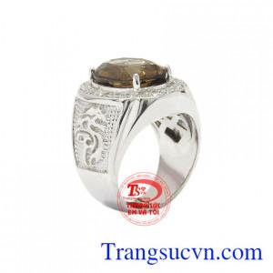 Nhẫn bạc thạch anh khói được thiết kế không cầu kì nhưng cũng không kém phần nổi bật, tinh tế.