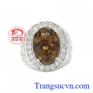 Nhẫn bạc thạch anh khói điểm nhấn ở chiếc nhẫn là viên dá thạch anh khói thiên nhiên khiến chiếc nhẫn đầy sức hút.