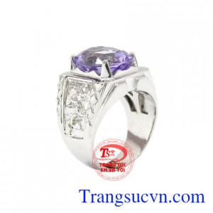 Nhẫn bạc thạch anh tím được chạm khắc công phu, tỉ mỉ kết hợp với đá thạch anh tím thiên nhiên tạo điểm nhẫn cho chiếc nhẫn.