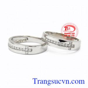 Nhẫn cưới vàng trắng trơn được thiết kế không cầu kì nhưng cũng không kém phần tinh tế.