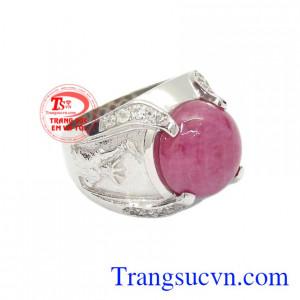 Nhẫn nam bạc Ruby cá tính đeo hợp phong thủy mang lại may mắn về sức khỏe và tà lộc cho người đeo.