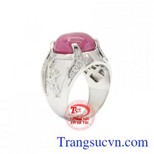 Nhẫn nam bạc Ruby cá tính được thiết kế tinh tế, sang trọng.