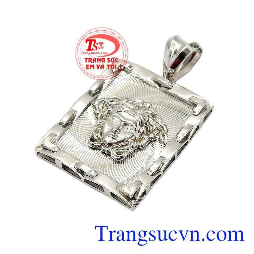 Mặt dây phù hợp với nhiều loại dây chuyền khác nhau, tôn lên vẻ mạnh mẽ, cá tính của nam giới,Mặt dây nam vàng trắng Versace
