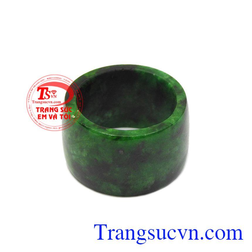 Nhẫn cẩm thạch nam tính được chế tác kiểu bản vuông.