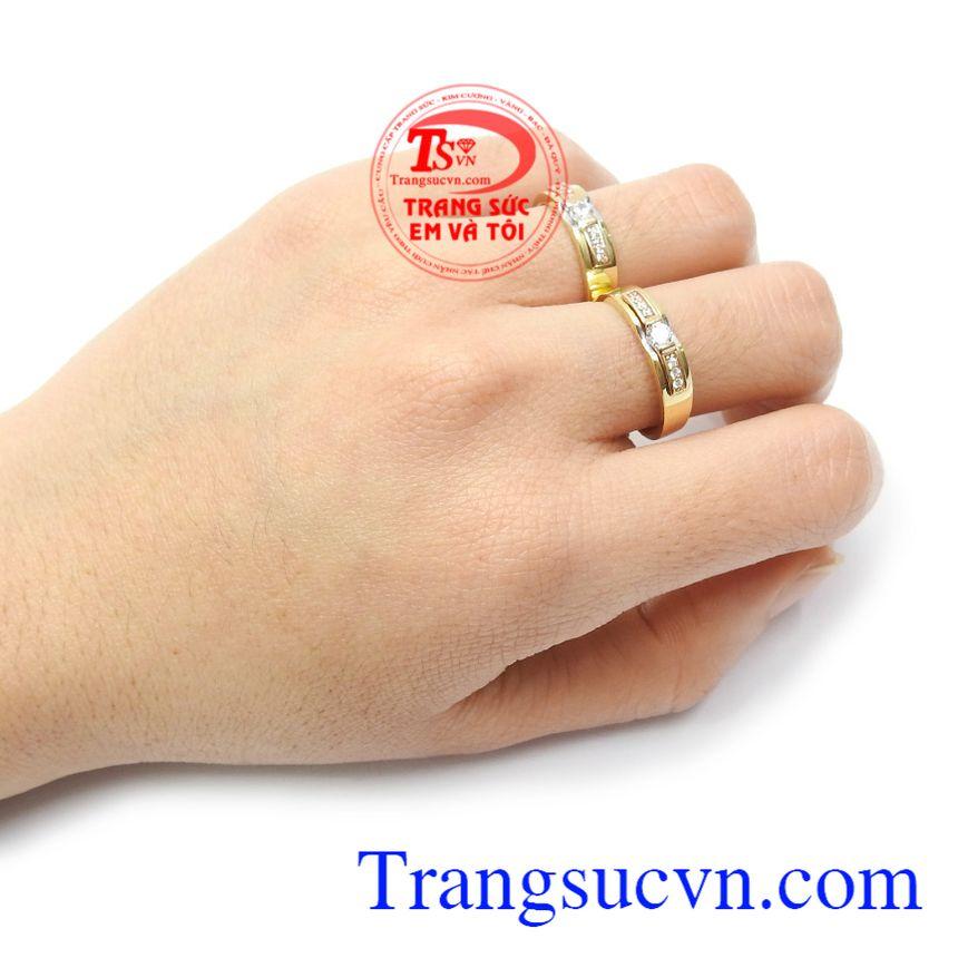 Nhẫn cưới vàng 18k là sự lựa chọn tuyệt vời cho mọi người Nhẫn cưới tình yêu viên mãn