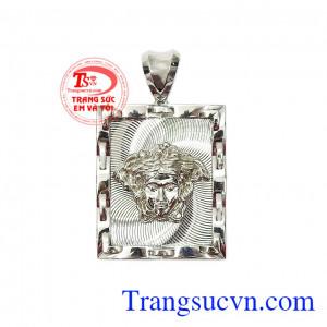 Mặt dây nam vàng trắng Versace được chế tác tỉ mỉ, tinh xảo từ vàng 10k nhập khẩu từ Hàn Quốc,Mặt dây nam vàng trắng Versace