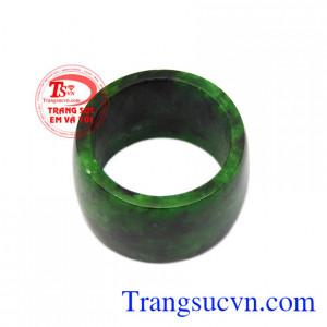 Sản phẩm phù hợp cho phái mạnh đeo ngón cái hoặc ngón giữa. Nhẫn cẩm thạch nam tính