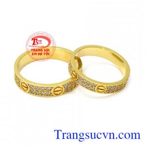 Nhẫn cưới vàng tinh tế được chế tác từ vàng 18k chất lượng với mẫu mẽ đẹp mắt, hợp xu hướng.