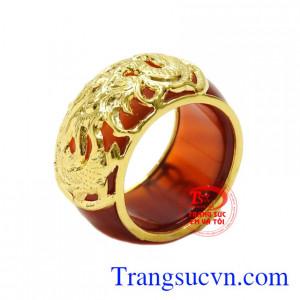 Nhẫn ngọc bọc rồng vàng công danh được chạm khắc tinh xảo từ vàng 10k và đá mã não.