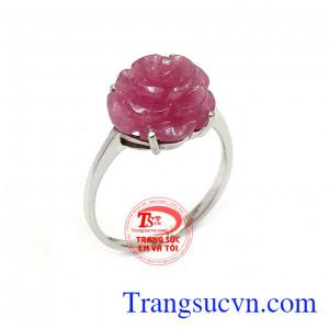 Nhẫn nữ ruby bông hoa là sản phẩm được làm từ vàng trắng, chạm khắc tinh tế, sắc nét