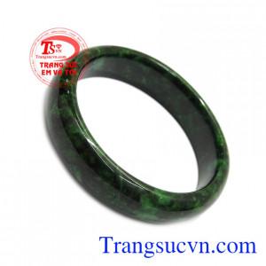 Ngọc cẩm thạch từ xưa đã được biết đến là loại ngọc quý, thường dùng cho vua quan. Vòng cẩm thạch thiên nhiên thịnh vượng