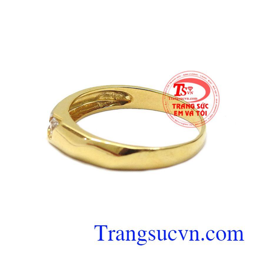 Sản phẩm kết hợp 2 màu vàng trắng và vàng màu tạo điểm nhấn cho chiếc nhẫn. Nhẫn nam vàng thành công