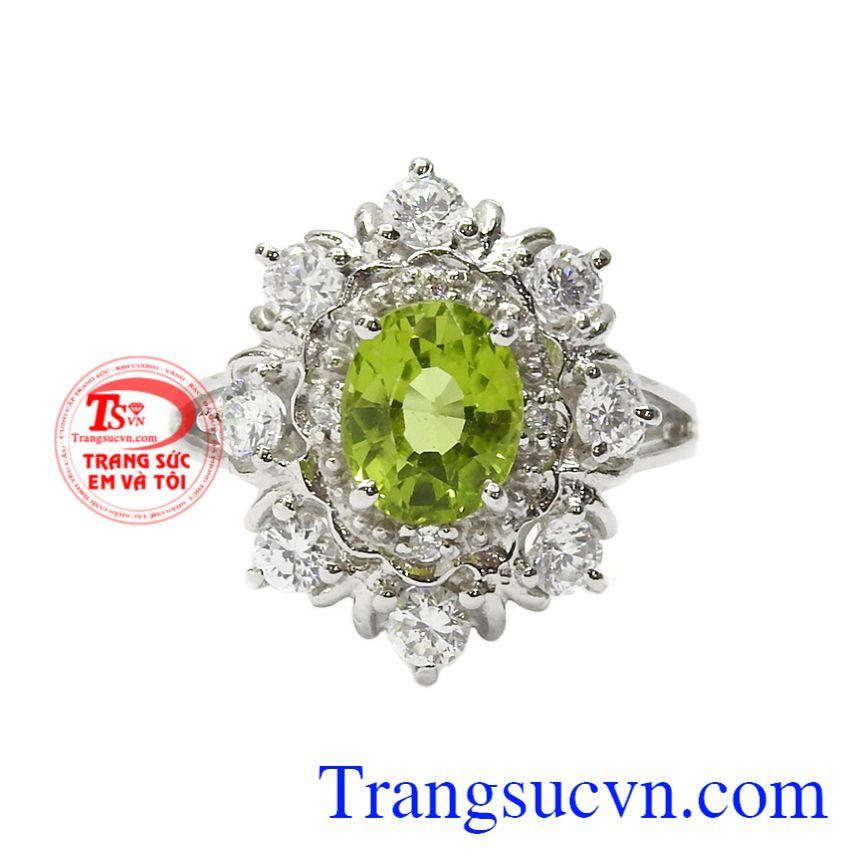 Nhẫn nữ bạc Peridot thịnh vượng đeo hợp thời trang, thanh thoát.