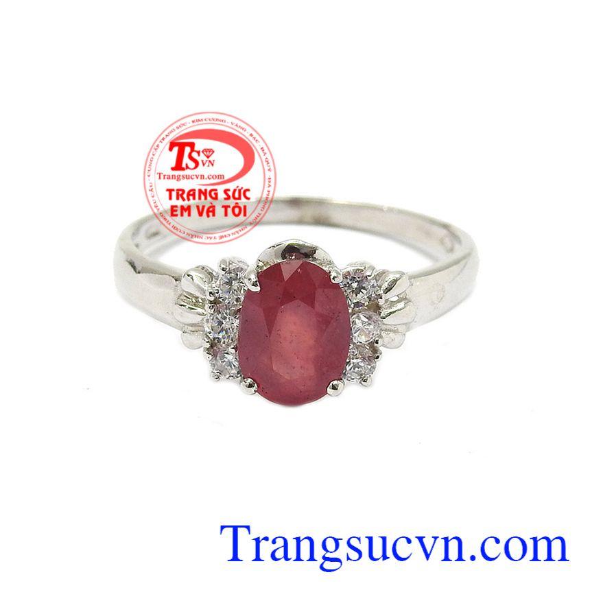 Nhẫn nữ bạc ruby kiêu sa là sự kết hợp hoàn hảo từ đá ruby thiên nhiên và bạc.