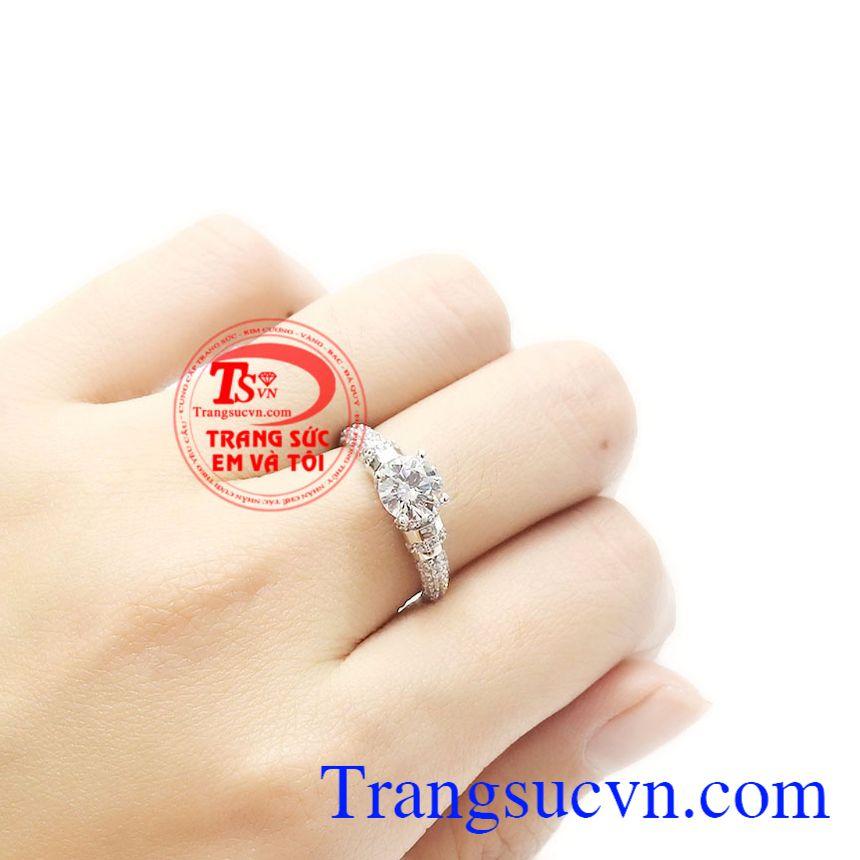 Với phong cách trang nhã này rất dễ để các chị em kết hợp trang phục và phụ kiện. Nhẫn nữ vàng trắng hoàn hảo