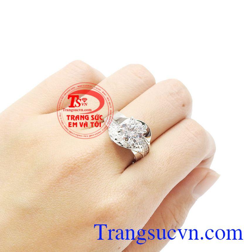 Vàng trắng kết hợp cùng đá cz càng lấp lánh và ấn tượng hơn. Nhẫn nữ vàng trắng quyến rũ