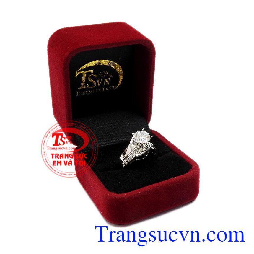 Sản phẩm phục hợp làm quà tặng cho người thân và bạn bè. Nhẫn nữ vàng trắng quyến rũ.