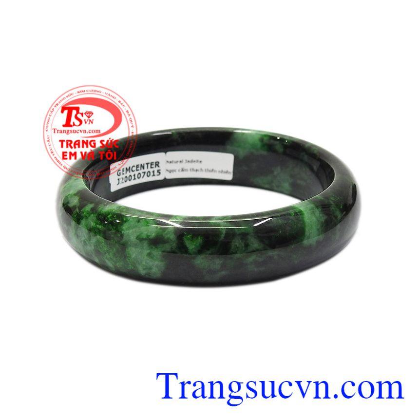 Ngọc cẩm thạch được biết tới với tính chất hợp phong thủy, mang lại điều may mắn, thịnh vượng cho người dùng. Vòng cẩm thạch bản hẹ bình an