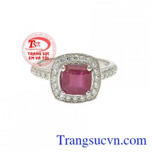 Nhẫn nữ bạc ruby kiêu sa được thiết kế vô cùng sành điệu và hợp thời trang.