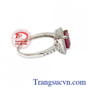 Kiểu dáng trẻ trung, phong cách giúp người đeo dễ dàng kết hợp cùng nhiều kiểu trang phục. Nhẫn nữ bạc ruby kiêu sa