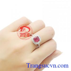 Sản phẩm là món quà ý nghĩa để dành tặng cho người thương yêu của bạn. Nhẫn nữ bạc ruby kiêu sa.