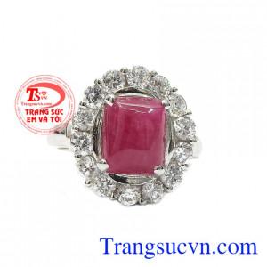 Nhẫn nữ bạc ruby quý phái được thiết kế với phong cách sang trọng và tinh tế.