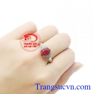 Sản phẩm vừa mang tác dụng làm đẹp, bảo vệ sức khỏe và còn mang lại sự may mắn. Nhẫn nữ bạc ruby kiêu sa