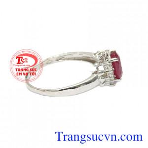 Thiết kế sang trọng và quý phái cho các chị em phụ nữ càng thêm duyên dáng hơn. Nhẫn nữ bạc ruby kiêu sa
