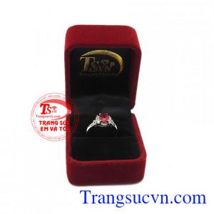 Nhẫn nữ bạc ruby kiêu sa là món quà không ai có thể chối từ.