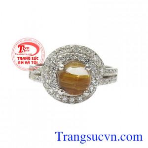 Nhẫn nữ bạc thạch anh tóc ấn tượng là sự kết hợp hài hòa giữa đá thạch anh tóc và bạc 92.5.